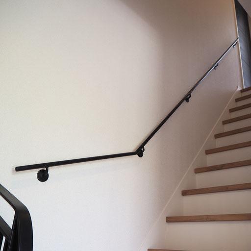 アールを無くし、階段をスッキリ見せるアイアン手すり