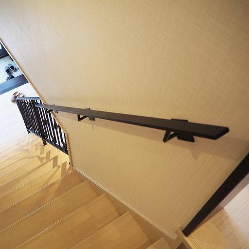 階段の上から、シンプルにスッキリ伸びるフラットバー手すり