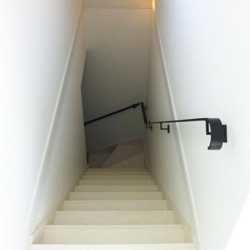 階段の上からみたフラットバー手すり