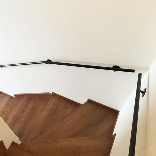 階段の上からシンプルなアイアン手すり