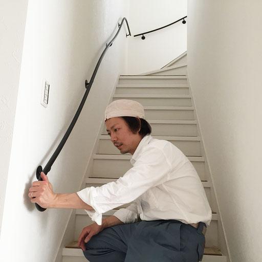取り付け後階段にて、アイアン手すりの感触を確かめる