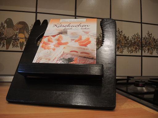 ...trägt geduldig kleine, große, dicke, dünne Kochbücher!