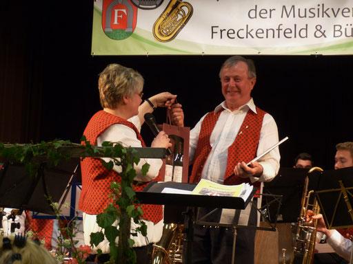 Sebastian Fürstaller wird für 30 Jahre aktive Mitgliedschaft zum Ehrenmitglied ernannt