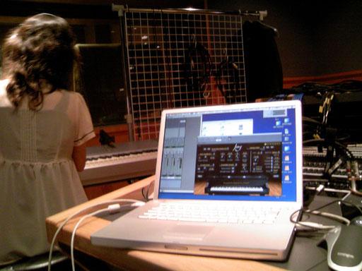 グランドピアノが使えない場合、デジタルピアノのMIDI機能を活かして、サンプリングソフトウェアピアノでよりリアルに近づけます。