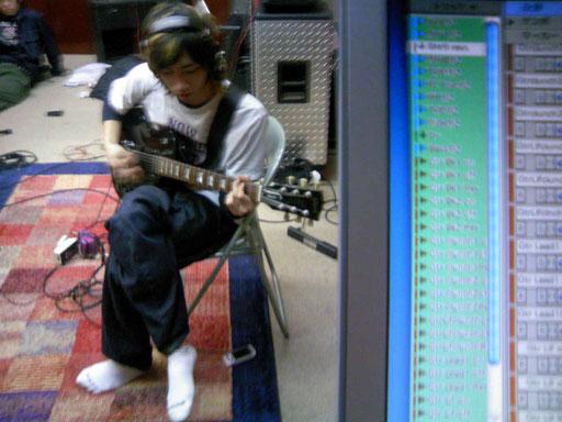 小さくて読めないかも知れませんが、画面にはGtrの文字が20以上並んでいます。彼のギターをそれだけ複雑に多重録音してるということなんです。何と言うアレンジ!