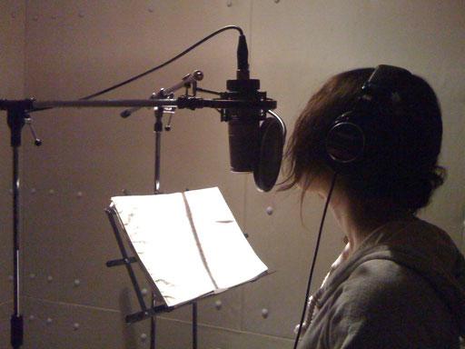 ボーカルのレコーディング。歌い手さんがリラックスしてうたえるように、色々配慮しています。これは、集中できるように照明を暗くした時の写真です。