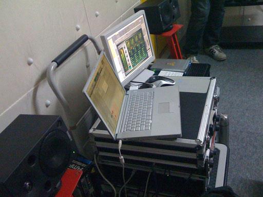 出張レコーディングでは、時には機材を台車の上に載せたまま使うこともありました。
