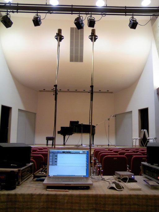 ピアノと声楽のレコーディング。写っていないマイクもありますが、これこそ一発録りです。