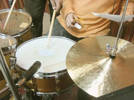 生のドラムの録音は難しいと言われますが、レコーディングで一番楽しいことかもしれません。
