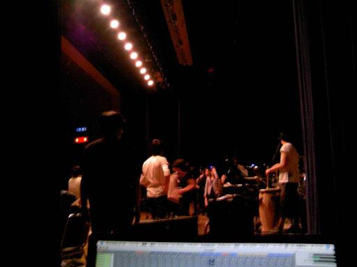 舞台からハイテンションで帰ってくる出演者にMacが蹴っ飛ばされないように注意が必要なのですよ。