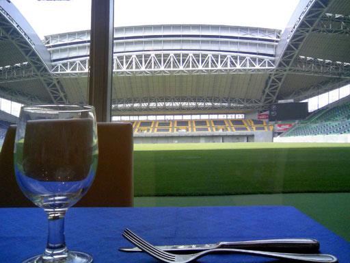 クライアントさんとランチを戴いた、これまたきれーなレストラン。神戸のサッカースタジアムです。ガラス1枚へだてた向こう側は、すぐピッチです。
