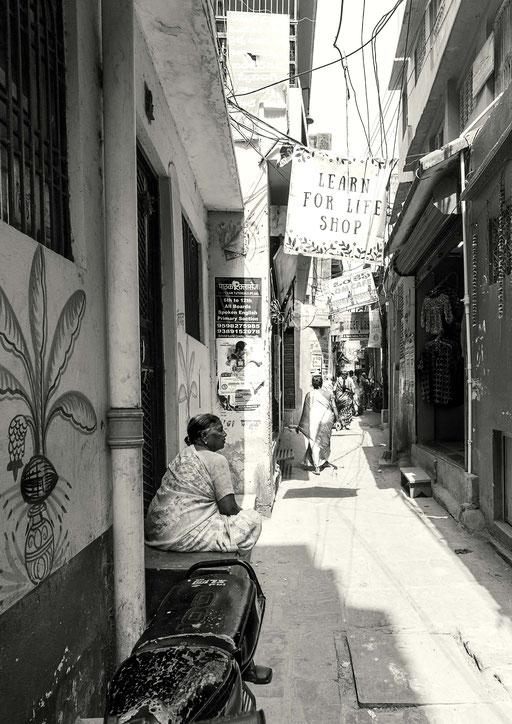 Die Gassen in Varanasi sind in der Regel sehr eng. Es kreuzen sich Taxis, Motorradfahrer, Rikschas, Fussgänger, Kühe, Hunde. Letztere fressen die Abfälle vor den Haustüren. Jetzt ist Mittagszeit – da ist es ruhiger.