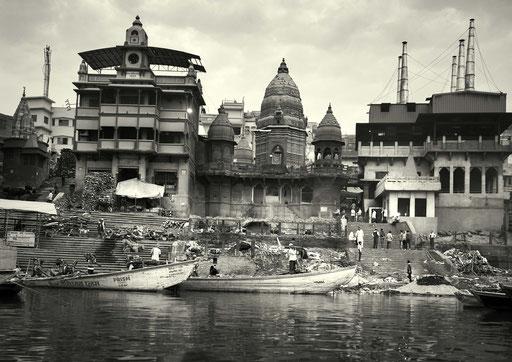 Das Manikarnika Ghat ist eines der ältesten Ghats in Varanasi. Die hinduistische Mythologie lehrt, dass das Ghat besonders heilig ist und die dort eingeäscherten Menschen Erleuchtung erhalten. Es ist die grösste öffentliche Verbrennungsstätte in Varanasi.