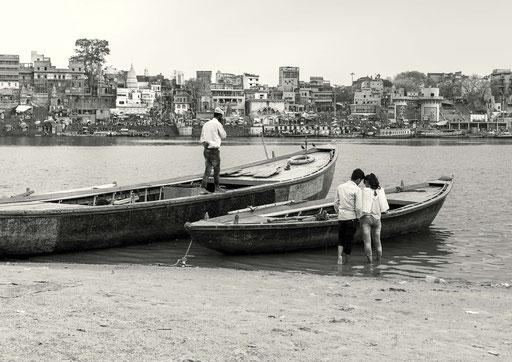 Mit der Liebe ist es bekanntlich nie einfach - aber in Indien wohl besonders kompliziert. Ein Pärchen auf der romantischen Seite vom Ganges Fluss – auf der Sandbank – die nur in der Trockenzeit begehbar ist.