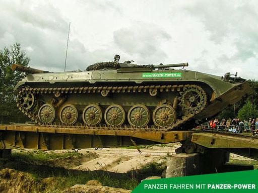 BMP-1 Kettenpanzer bei der Fahrt über eine Brücke