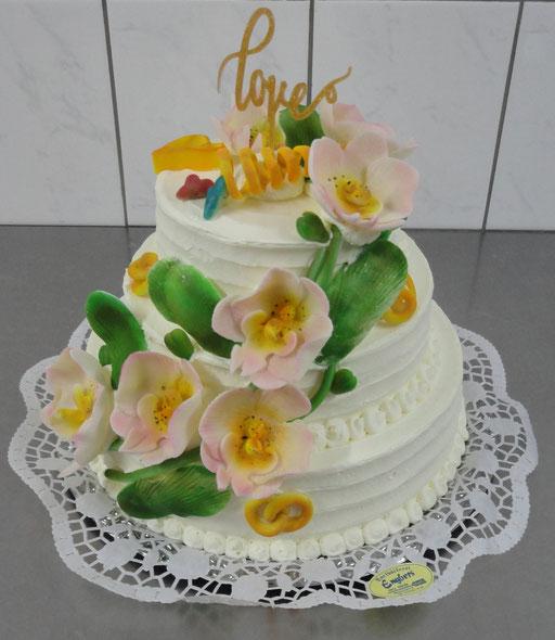|3|: Torte zur weißen Hochzeit - schlicht mit Blumenleiter