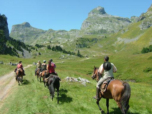 Randonnée à cheval Vallée d'Ossau - www.le-refuge-des-marmottes.com