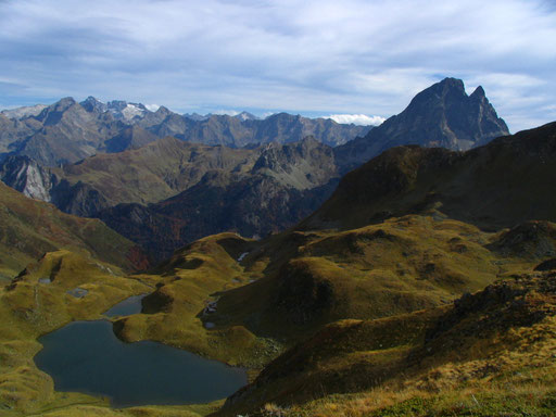 Le lac d'Aule depuis les crêtes qui le surplombent - www.le-refuge-des-marmottes.com