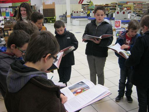 Les élèves étaient très fiers de voir leurs noms sur un vrai livre au magasin E.Leclerc du Relecq-Kerhuon