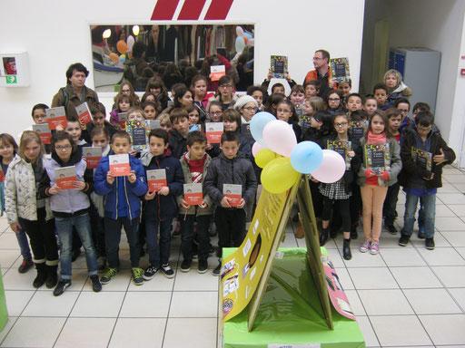 Petite cérémonie de remise de prix au magasin E.Leclerc du Relcq-Kerhuon. La classe de CM2 de l'école Achille Grandeau a obtenu la 5e place du concours pour le cycle 3.