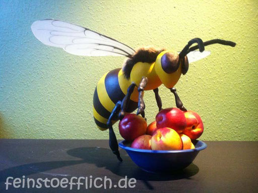 Biene als Requisit für eine Bühnenshow
