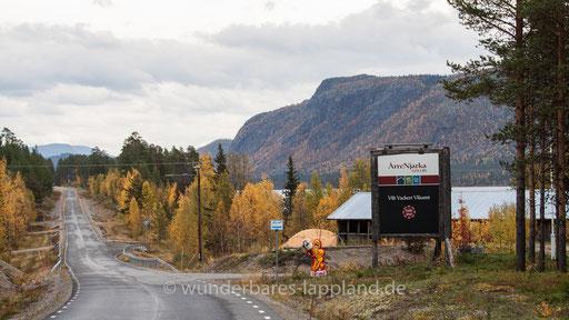 Herbstlicher Ausblick auf den Prediktstolen auf der gegenübeliegenden Saggatseite bei Arrenjarka