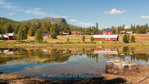 Das Dorf Årrenjarka - Im Hintergrund der Kassavarre (Gassavárre)