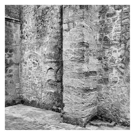 Kirchenmauer in Vejer, Spanien, Pigment Print, 85x85cm