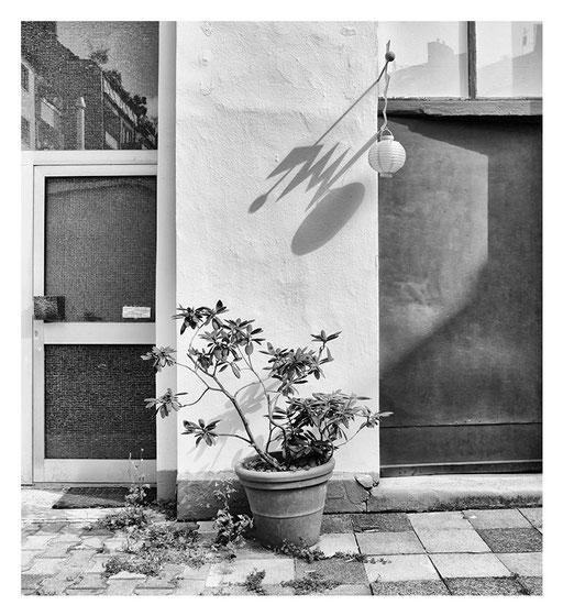 Hinterhof mit zwei Türen, Dusseldorf, Pigment Print, 96x75cm