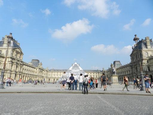 JR fait disparaître la pyramide du Louvre