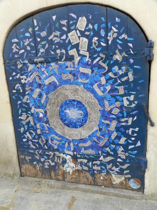 Rue pavée, face à la synagogue