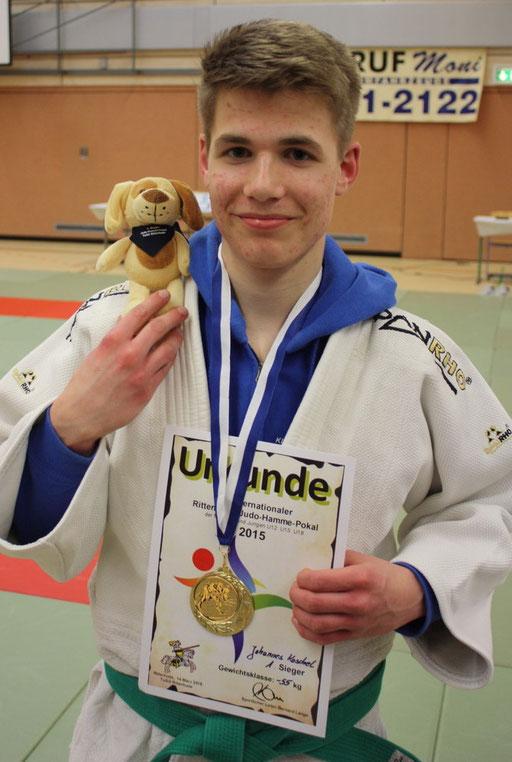 Koschel mit Goldmedaille und Maskottchen des Vereins Ritterhude.