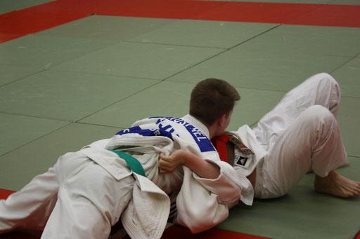 Johannes Koschel im Finale bezwingt seinen  Gegner aus Hannover mit einem Haltegriff.