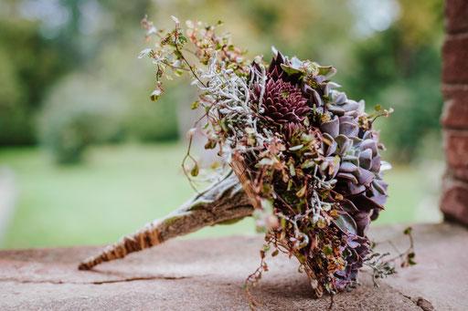Bouquet de mariée entièrement réalisé en plantes grasses pour un mariage alternatif.