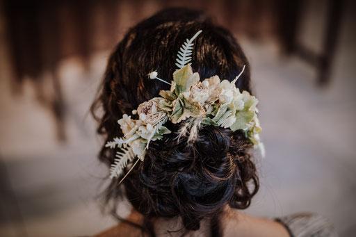 Peigne en fleurs séchées, un joli souvenir de votre mariage.