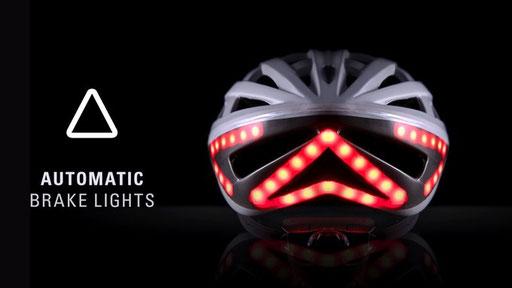 Designer Helm in weiss mit dem Bremslicht