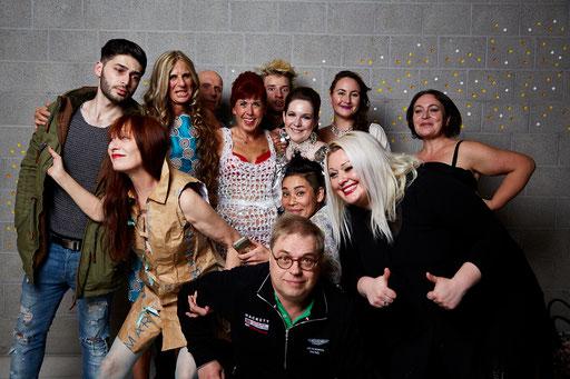 Die Pop Models 2016: Iryna, Diana, Lea, Miyuki, Petra, Ahmed, Paul, Marina und Valentina. Hanni und Rüdiger (Geister) und Kurt Grunow sind auch dabei. Nur Paul fehlt. Fotos: Susanne Wegner