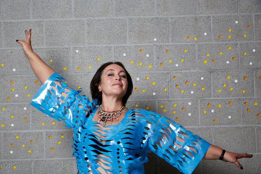 Valentina, Platz 5, trägt DIchtungsfolie eingeschnitten und Duni Tischdecke. Kleid: Hanni. Foto: Susanne Wegner