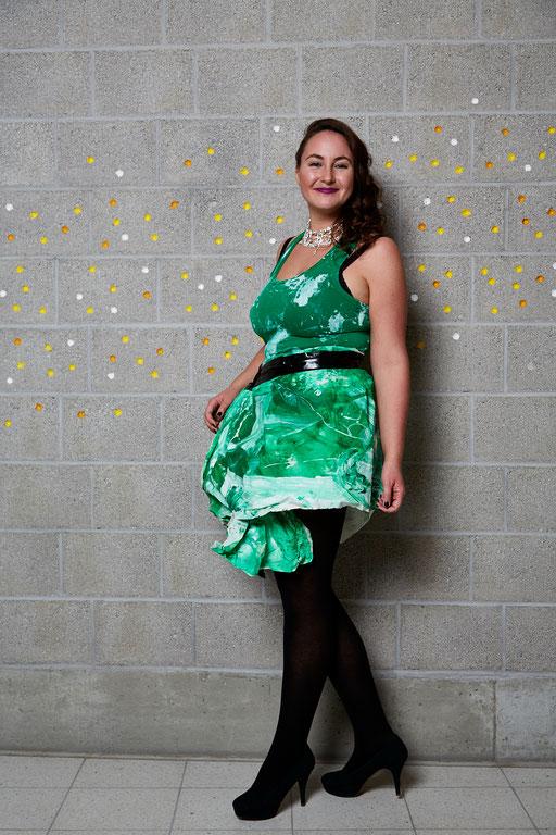 Marina im bemalten Leintuch und T-Shirt. Platz 6. Kleid: Hanni . Foto: Susanne Wegner