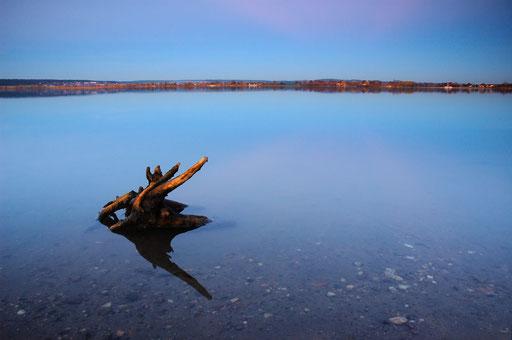 Windstiller See zur blauen Stunde