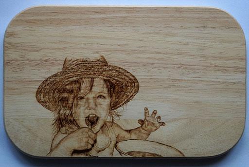 Kinderportrait auf Essbrett in Brandmalerei