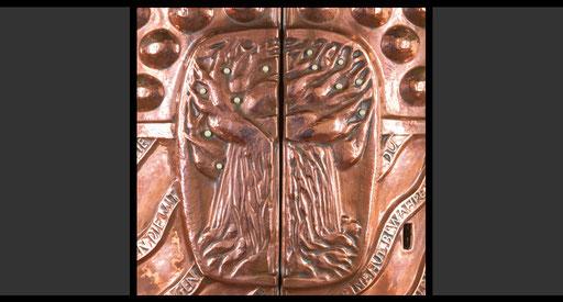 »Der Baum des Lebens« (Detail, Rückseite) Tabernakelumkleidung, Treibarbeit in Kupfer, 1962