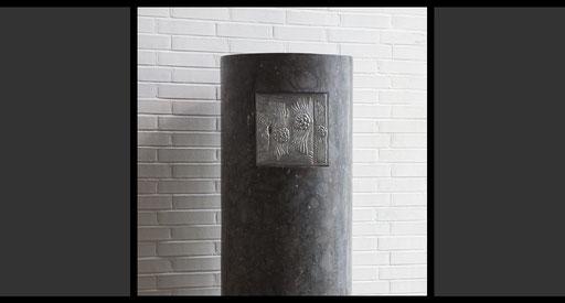 Tabernakelstele: Marmor, Tabernakeltür: Treibarbeit in Silber, oxidiert, 1962