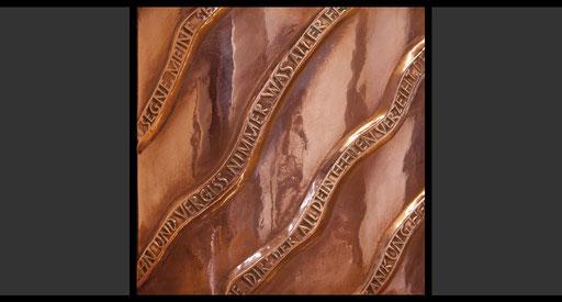 »Stilisiertes Korbgeflecht mit Psalmversen« (Detail) Tabernakelumkleidung, Treibarbeit in Kupfer, 1962