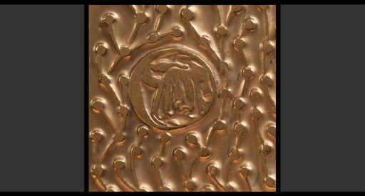 »Bedürftige kleiden« (Detail) Tabernakelumkleidung, Treibarbeit in Kupfer, feuervergoldet, 1963-64