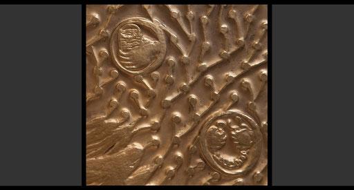 »Durstige erfrischen«, »Gefangene befreien« (Detail)  Tabernakelumkleidung, Treibarbeit in Kupfer, feuervergoldet, 1963-64