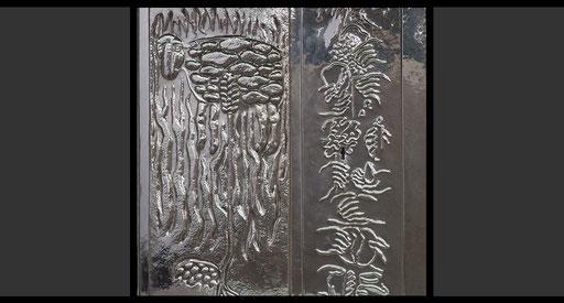 Linke Seite: »Das Weizenkorn muss im Boden vergehen, um vielfache Frucht zu bringen. Das geopferte Lamm in den Feuerflammen, Symbol für Christus«, Rechte Seite: »Die Werke der Barmherzigkeit.« Tabernakeltür, Treibarbeit in Silber, 1968