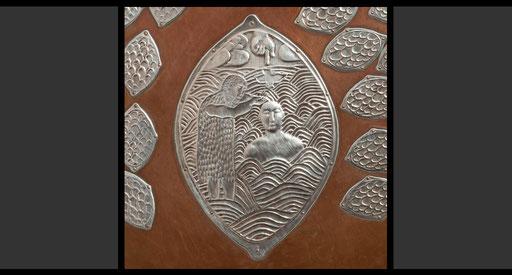 »Die Taufe im Jordan« (Detail) Taufbeckendeckel, Treibarbeit in Silber, 1958