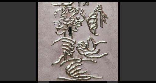 »Zweifelnde beraten - Kerze | Freude bereiten - Hand mit Blumenstrauß | Traurige Trösten - Träne | Zur Versöhnung bereit sein - die Hand reichen« (Detail) Tabernakeltür, Treibarbeit in Silber, 1968