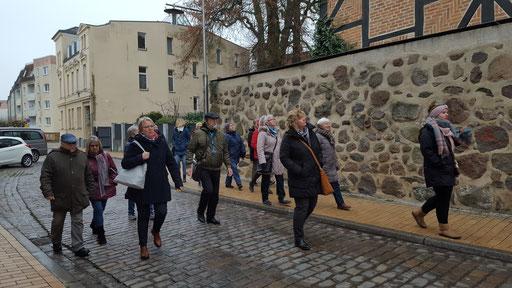 Stadtbesichtigung an der alten Stadtmauer